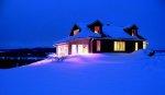 Rozświetlony dom zimą